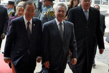 Ban Ki-moon (esq.) chega para a conferência da ONU de países em desenvolvimento sem acesso ao mar. Foto: Unis Viena
