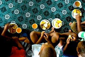 Medidas para uma nutrição adequada. Foto: FAO/M. Cusack