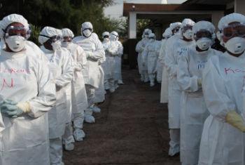 Profissionais da saúde vestem equipamentos de proteção durante treinamento sobre ebola em Serra Leoa. Foto: Unicef/John James
