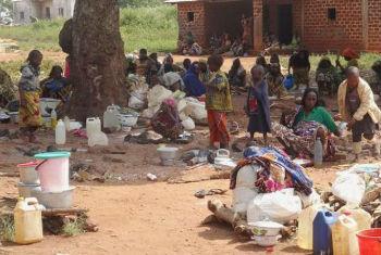 Grupo de deslocados internos em Yaloke, na República Centro-Africana. Foto: UNHCR/M. Dore