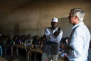 Anthony Banbury (dir.) em encontro com a comunidade local e líderes religiosos na Guinea. Foto: Unmeer/Martine Perret