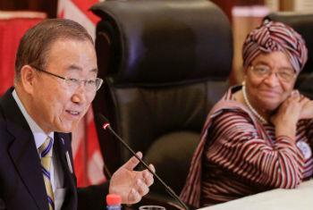 Ban Ki-moon em encontro com a presidente da Libéria, Ellen Johnson Sirleaf, em Monróvia. Foto: ONU/Evan Schneider