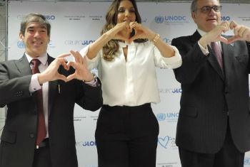 O representante do UNODC, Rafael Franzini (esq.), Ivete Sangalo e o coordenador residente da ONU, Jorge Chediek. Foto: Unodc