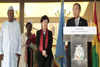 Na Guiné, secretário-geral Ban Ki-moon ao lado da diretora-geral da OMS, Margaret Chan e do presidente guineense, Alpha Condé. Foto: ONU/Evan Schneider