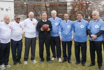 Ban Ki-moon (de preto) com representantes da Alemanha e do Reino Unido. Foto: ONU/Mark Garten