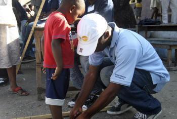 Voluntário da OMS no Haiti. Foto: ONU/Sophia Paris