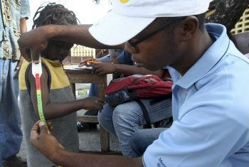 Jovem voluntário no Haiti. Foto: ONU/Sophia Paris