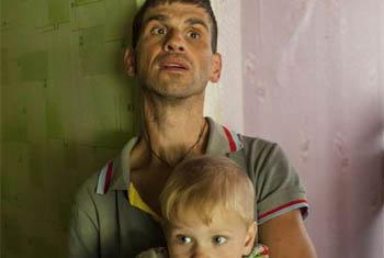 Aleksandr, que tem paralisia cerebral, e seu filho Ivan em centro para deslocados ucranianos ao leste da Ucrânia. Foto: Acnur/E.Ziyatdinova