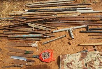 Facas, machetes e outros objetos recolhidos. Foto: Unmiss/ Ilya Medvedev