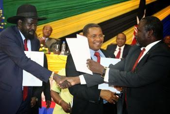 Na cerimônia o presidente do Sudão do Sul, Salva Kirr e o ex-vice, Riek Machar. Foto: Tanzania State House