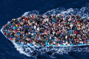 Migrantes no mar Mediterrâneo. Foto: Acnur/Massimo Sestini