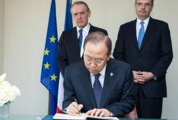 Ban Ki-moon assina livro de condolências na Missão da França. Foto: ONU/Evan Schneider