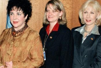 Elizabeth Taylor (primeira à esquerda) em evento na ONU em 1996. Foto: ONU/Milton Grant