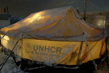 Abrigo coberto de neve em acampamento de refugiados. Foto: Acnur/H. Etyemezian
