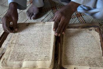 Manuscritos são património cultural maliano. Foto: ONU/Marco Dormino