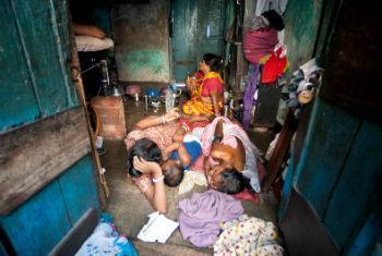 Família vive em favela urbana em Calcutá, na Índia. Foto: ONU/Kibae Park