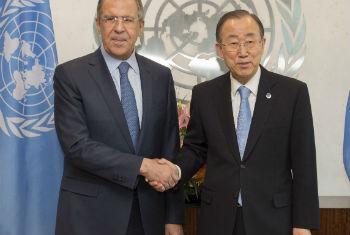 Ban Ki-moon (dir.) e Sergey Lavrov. Foto: ONU/Eskinder Debebe