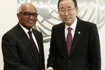 Miguel Trovoada (esq.) com o secretário-geral da ONU, Ban Ki-moon. Foto: ONU/Evan Schneider