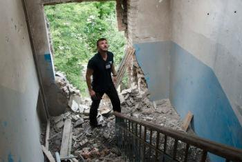 Monitor inspeciona prédio danificado na Síria. Foto: OSCE/Evgeniy Maloletka