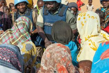 Funcionários da Unamid conversam com população deslocada. Foto: Unamid/Hamid Abdulsalam