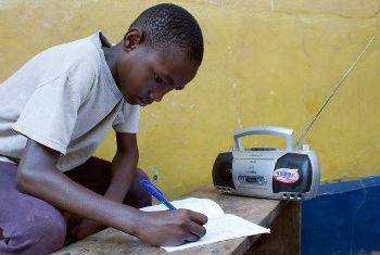 Aluno escuta aula em programas de rádio. Foto: Unicef