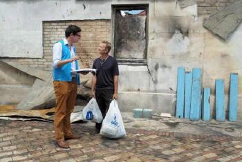Funcionário da ONU conversa com civil na Ucrânia. Foto: Acnur/I. Zimova
