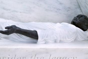Memorial na sede da ONU honra vítimas da escravidão. Foto: ONU/Devra Berkowitz