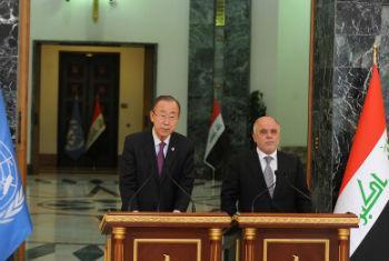 Ban Ki-moon discursa ao lado do primeiro-ministro iraquiano, Haider Al-Abadi, na sua visita ao país. Foto: ONU Iraque