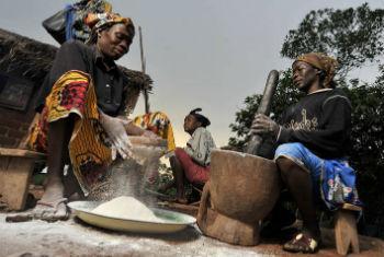 Mulheres centro-africanas preparam refeição. Foto: FAO/Riccardo Gangale