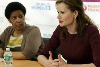 A diretora-executiva da ONU Mulheres, Phumzile Mlambo-Ngcuka e a atriz, Geena Davis. Foto: ONU Mulheres/Ryan Brown