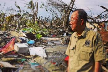 Ban Ki-moon em uma de suas visitas a áreas afectadas por desastres. Foto: ONU/UNISDR