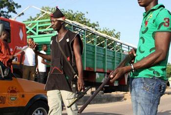 Civis nigerianos buscam suspeitos do Boko Haram. Foto: Irin/Obinna Anyadike