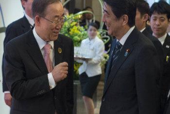 Secretário-geral Ban Ki-moon e primeiro-ministro do Japão Shinzō Abe em Sendai, Japão. Foto: ONU/Debebe