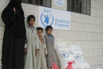 Família deslocada no Iêmen recebe assistência alimentar do PMA. Foto: PMA/Atheer Najim