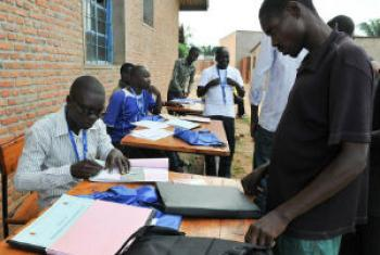 Trabalhadores eleitorais registram eleitores para as eleições deste ano no Burundi. Foto: Menub