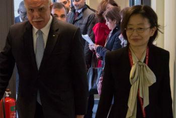 Juíza Kuniko Ozaki (à direita) e o ministro palestino das Relações Exteriores, Riad Al-Malki.