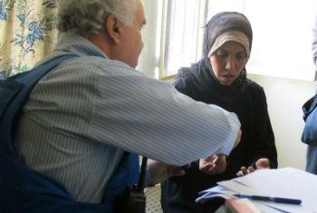 Mulher recebe tratamento de médico da Unrwa. Foto: Unrwa