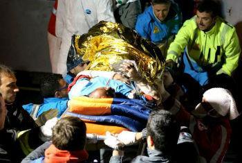 Equipas de resgate italianas transportam feridos. Foto: Acnur/F. Malavolta