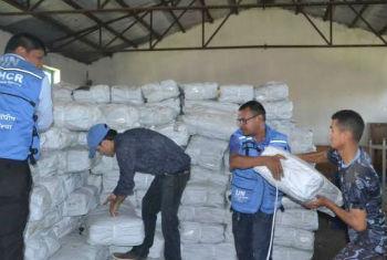 Funcionários do Acnur coletam plásticos a serem distribuídos às vítimas do terremoto no Nepal. Foto: Acnur/D.R.Uprety