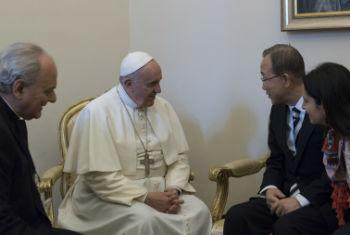 Ban Ki-moon (à dir.) em encontro com o papa Francisco (de branco). Foto: ONU/Mark Garten
