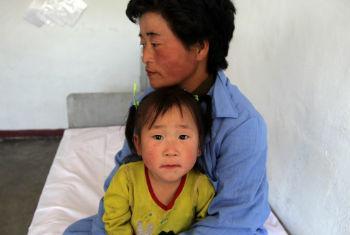 Mulher e criança no hospital pediátrico em Hamhung, na Coreia do Norte. Foto: Ocha/David Ohana (arquivo)