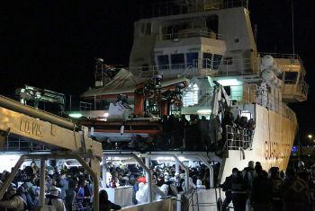 Forças marítimas italianas conduzem operações de resgates de migrantes no Mar Mediterrâneo. Foto: OIM/Francesco Malavolta