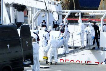 Trabalhadores de emergência de Malta retiram corpos do desastre no Mediterrâneo ocorrido no fim de semana. Foto: Acnur/F.Ellul