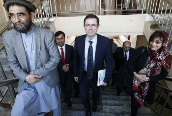 Ivan Simonovic (ao centro) em sua visita ao Afeganistão. Foto: Unama/ Fardin Waezi