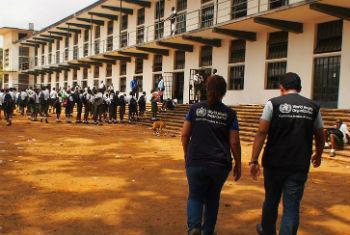 Crianças na Serra Leoa voltaram à escola esta semana. Foto: OMS/N. Alexander