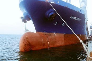 Navio no porto de Hudaydah, no Iêment. Foto: PMA Oriente Médio e Norte da África