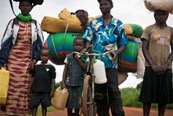 Família foge da violência no Burundi. Foto: Acnur/Kate Holt