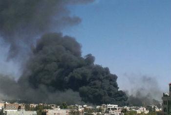 Fumaça se alastra pelo céu da capital do Iêmen após uma série de ataques (12 de maio). Foto: Irin/Almigdad Mojalli