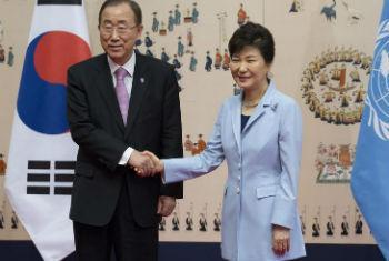 Ban Ki-moon no encontro com a líder sul-coreana, Park Geun-Hye. Foto: ONU/Evan Schneider