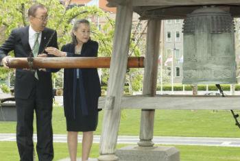 Ban Ki-moon na cerimônia especial do sino da paz. Foto: ONU/Mark Garten